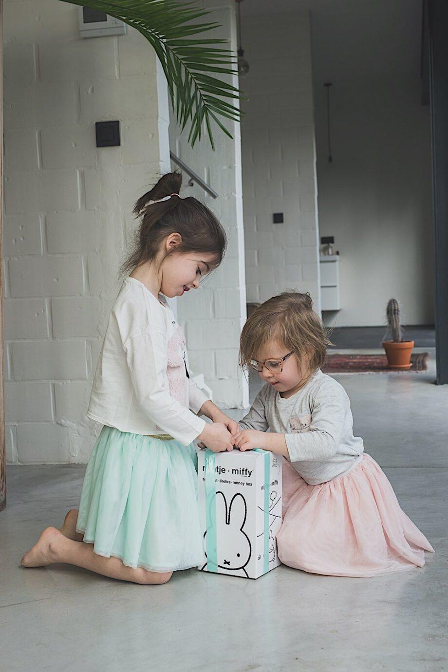 Miffy Tirelire 26cm - Atelier Pierre junior - Cette tirelire Miffy est idéale pour y glisser les premières pièces de votre enfant. De plus, elle est le parfait objet de décoration.