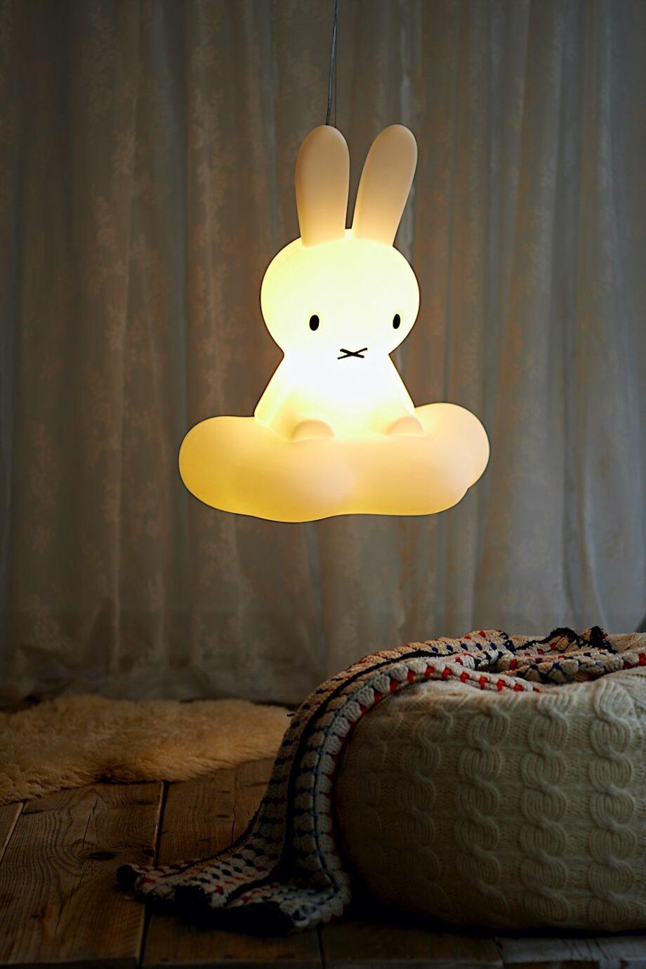 Plafonnier Enfant Lapin Miffy - Mr Maria - Laissez la lampe Miffy flotter dans la chambre de votre enfant. Avec sa lumière douce, cette lampe est parfaite pour veiller sur leurs rêves.
