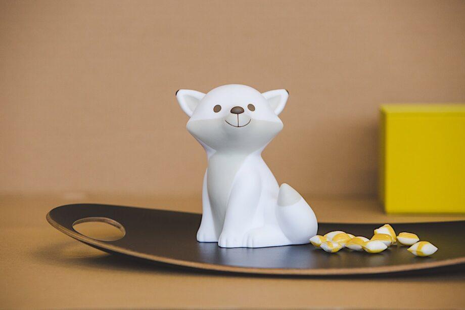 Veilleuse bébé - renard César - Atelier Pierre junior - NB : placé au pied du lit, ou sur un meuble haut perché: assurez-vous de ne pas tenir en vôtre bec un fromage lors de l'installation.